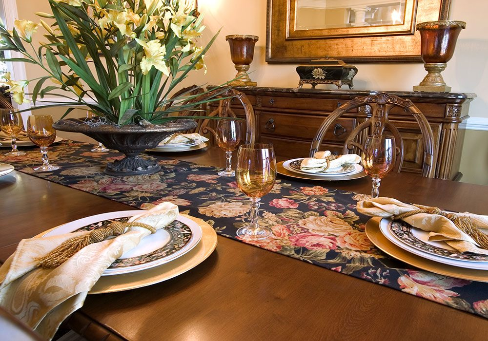 Table setting with runner cloth