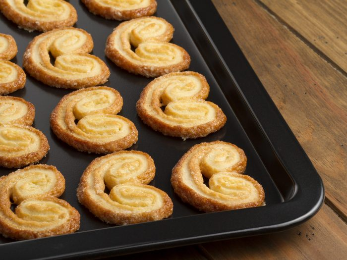 Use Dental Floss to Lift Cookies Off a Baking Tray