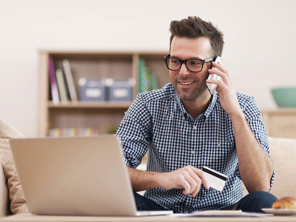 Man exchanging money online