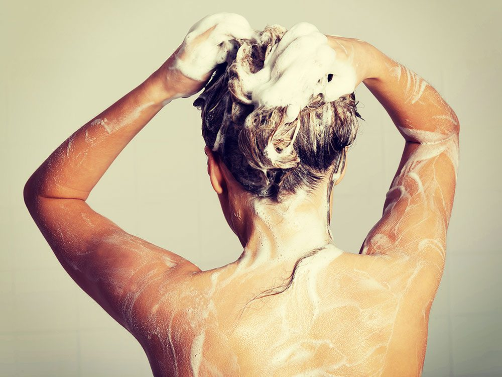 Shampooing with sodium lauryl sulphate