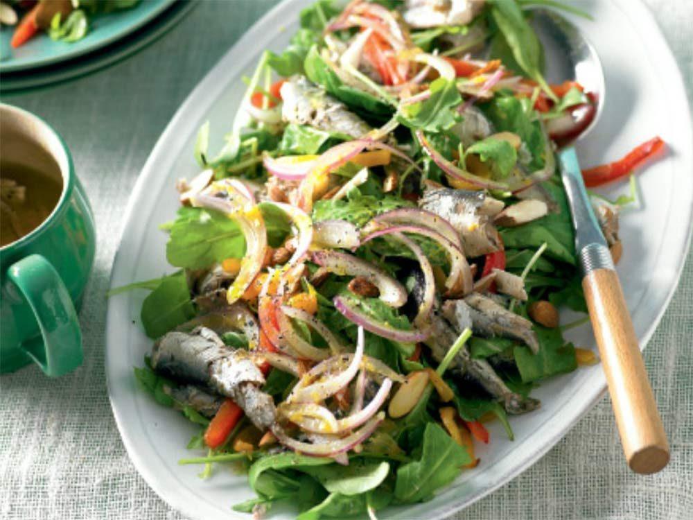 Sardine salad with almonds