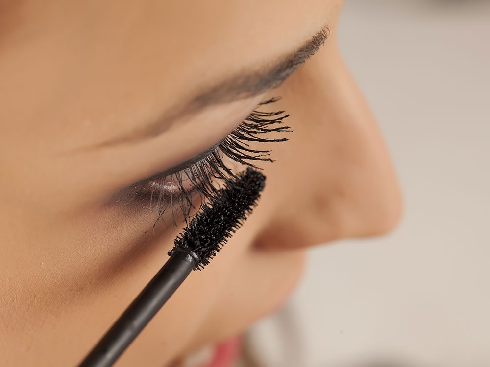 Applying mascara can cause itchy eyes
