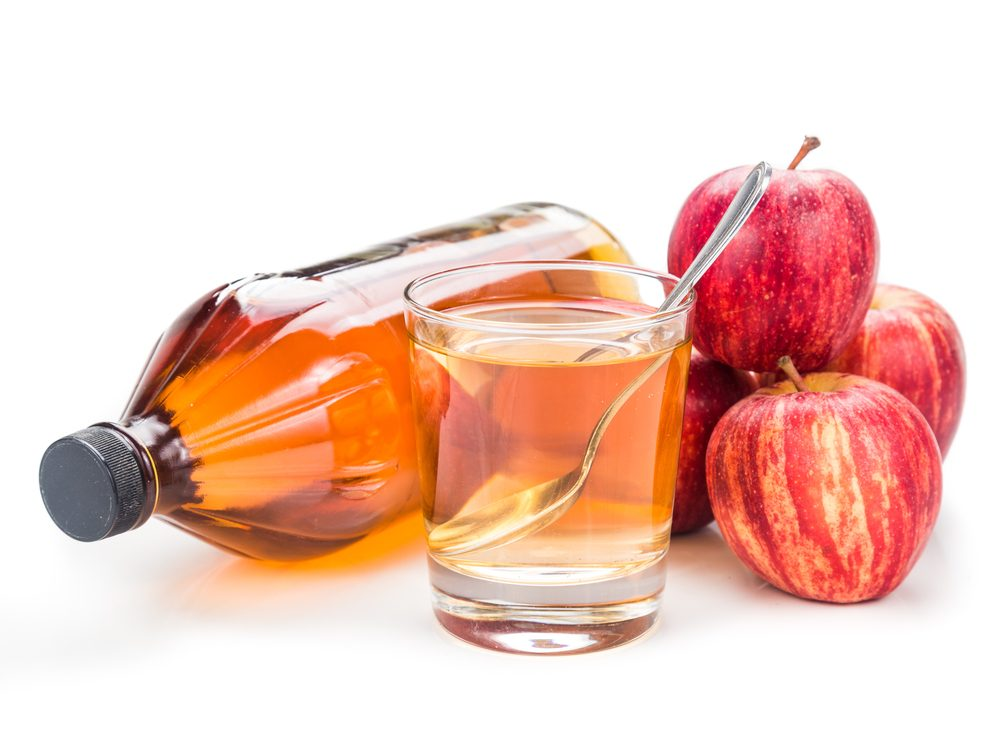 Gargling with apple cider vinegar is a tip for healthy white teeth