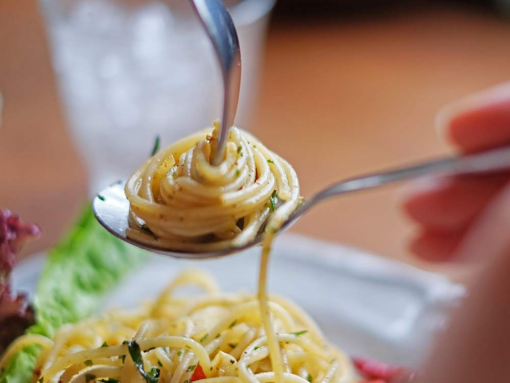 Proper dining etiquette for spaghetti