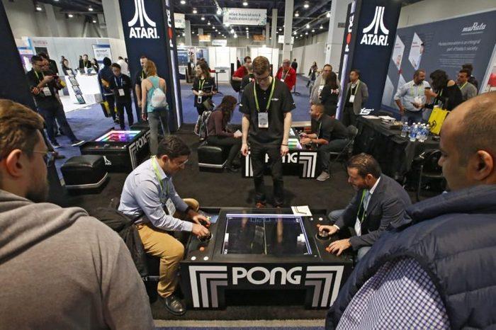 People play Pong the Atari game