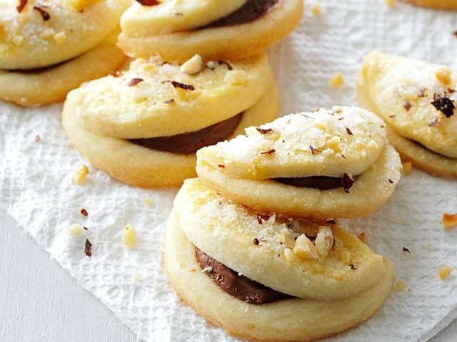 Folded hazelnut cookies