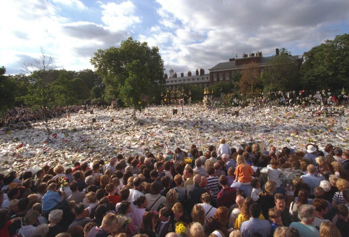 Death Of The Princess Of Wales. Scenes At Kensington Palace Day After Princess Diana's Funeral