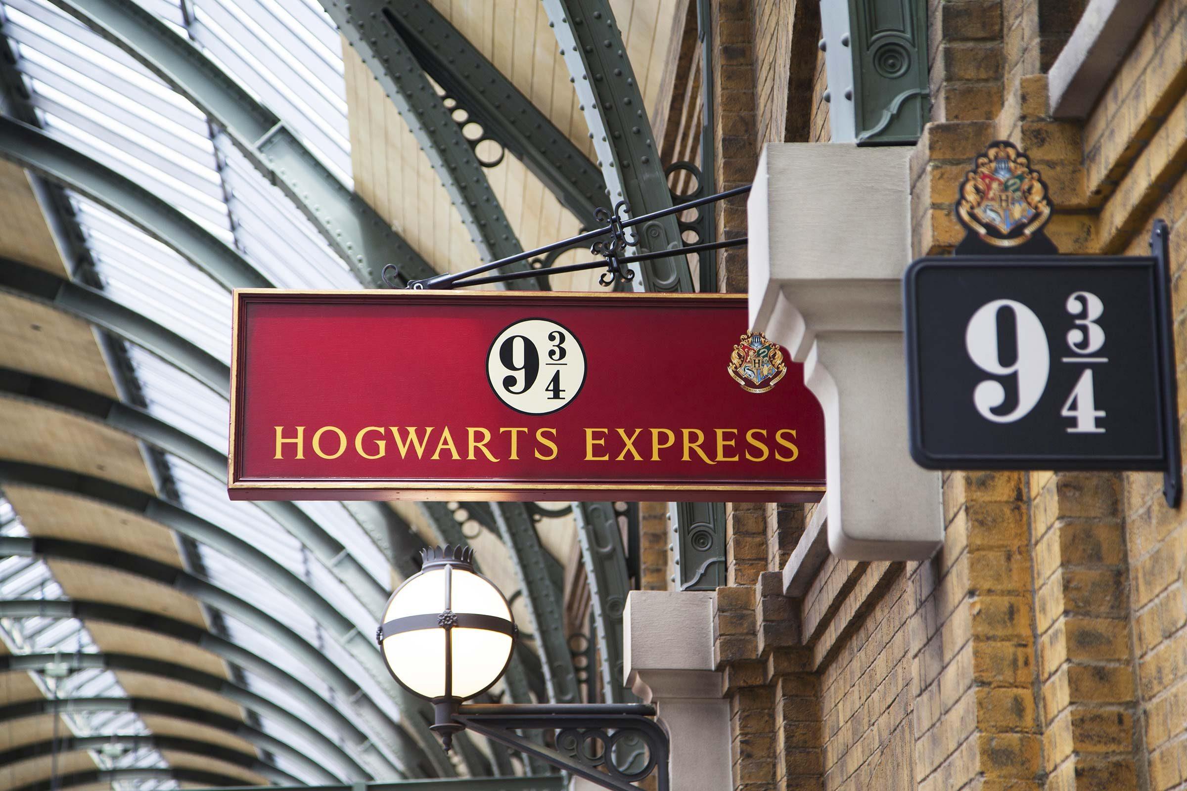 Harry Potter real life - King's Cross Station, platform 9 3/4