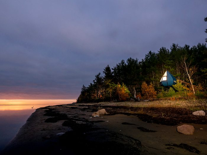 Cool Hotels Canada - Oasis accommodation in the forest with beach view in the Fall during sunset. Parc national Kouchibouguac | Hébergement Oasis dans la forêt avec une vue sur la plage en automne au couché du soleil. Kouchibouguac National Park