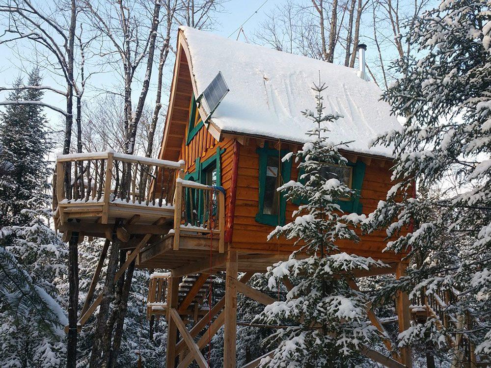 Quirky hotels across Canada - Les Toites du Monde treehouse chalet