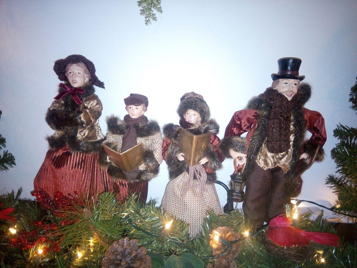 Deck the halls - Christmas carolers vignette