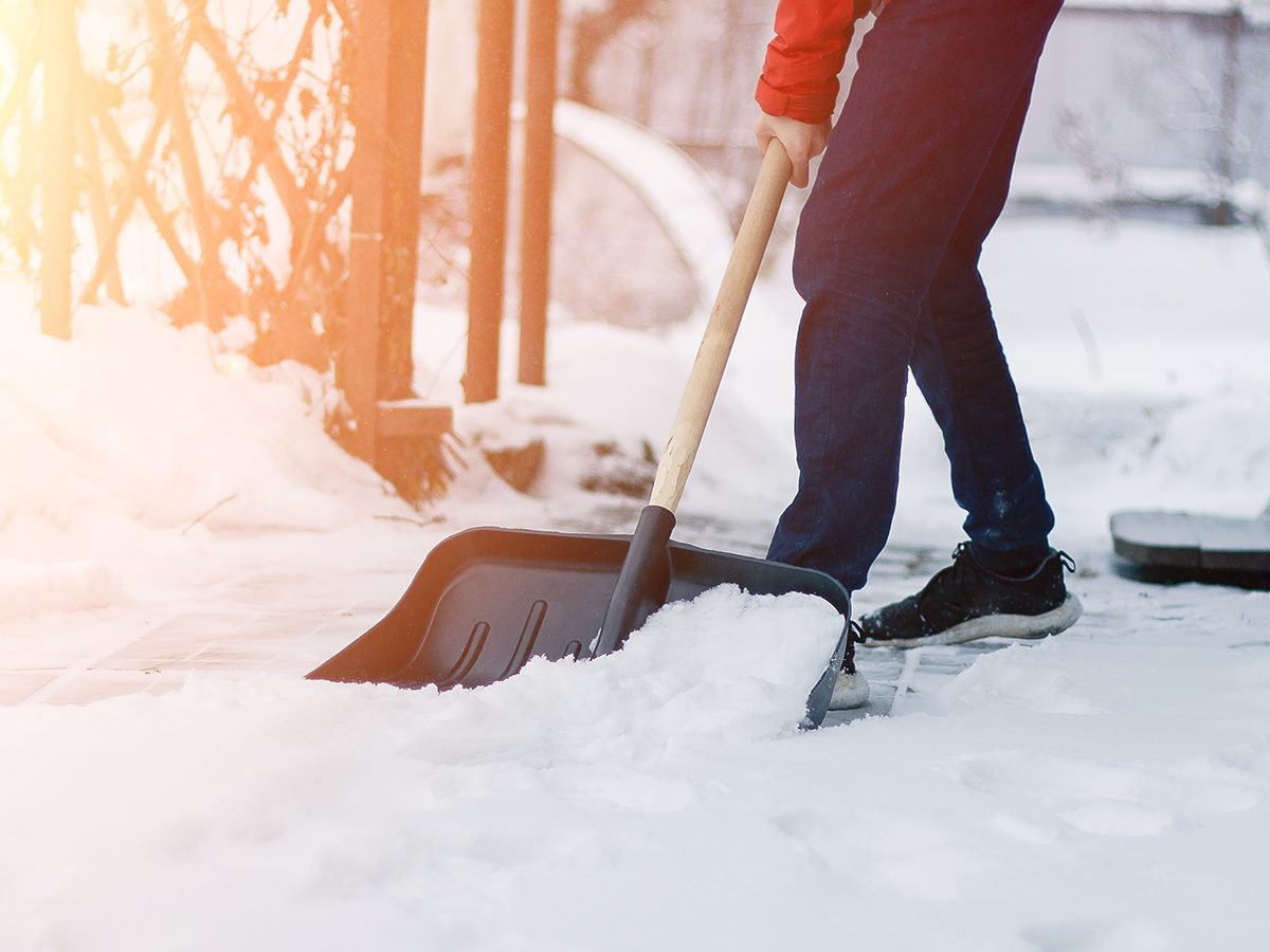 removing snow - snow shovelling mistakes