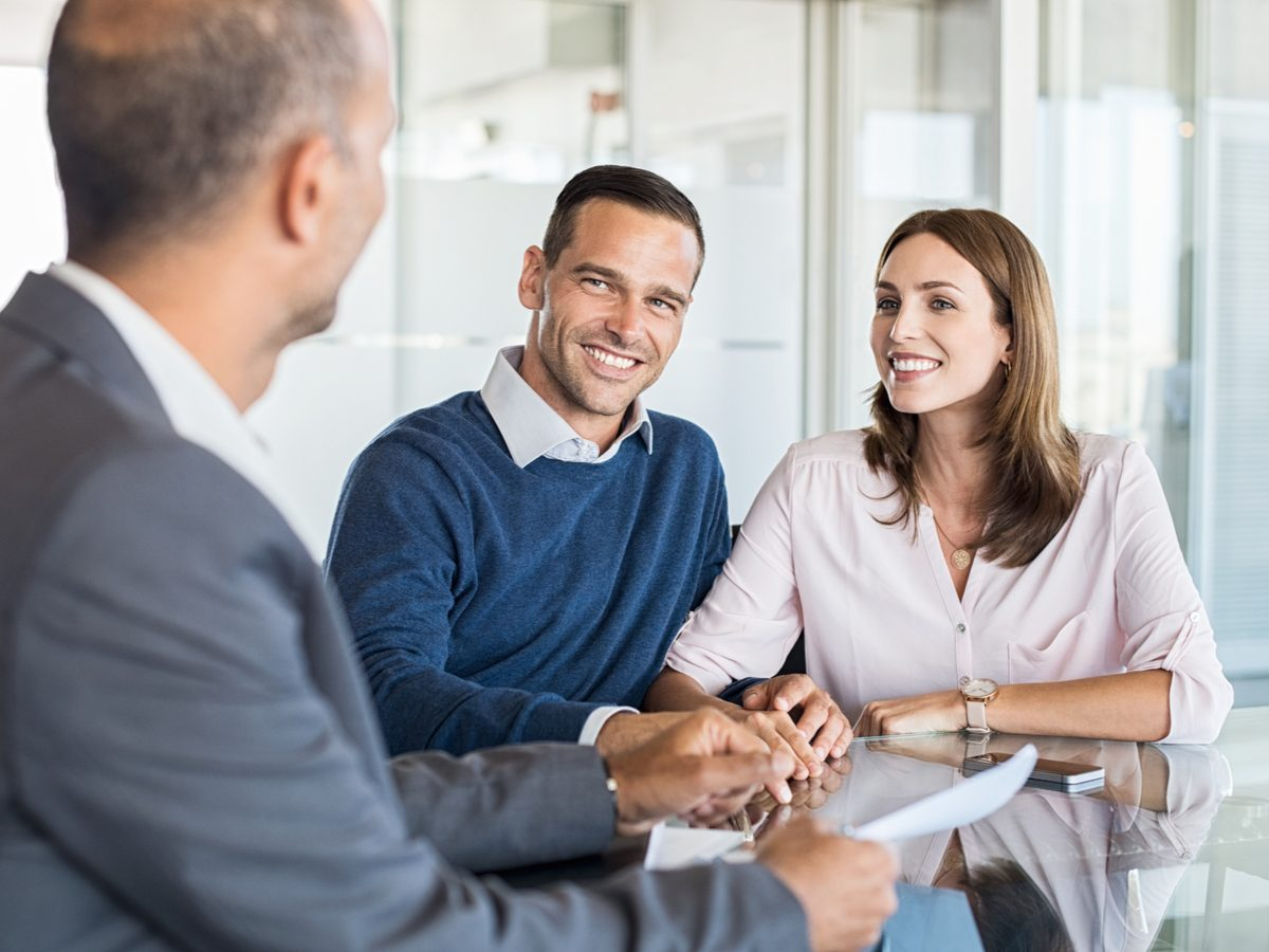 Financial planner with thirtysomething couple