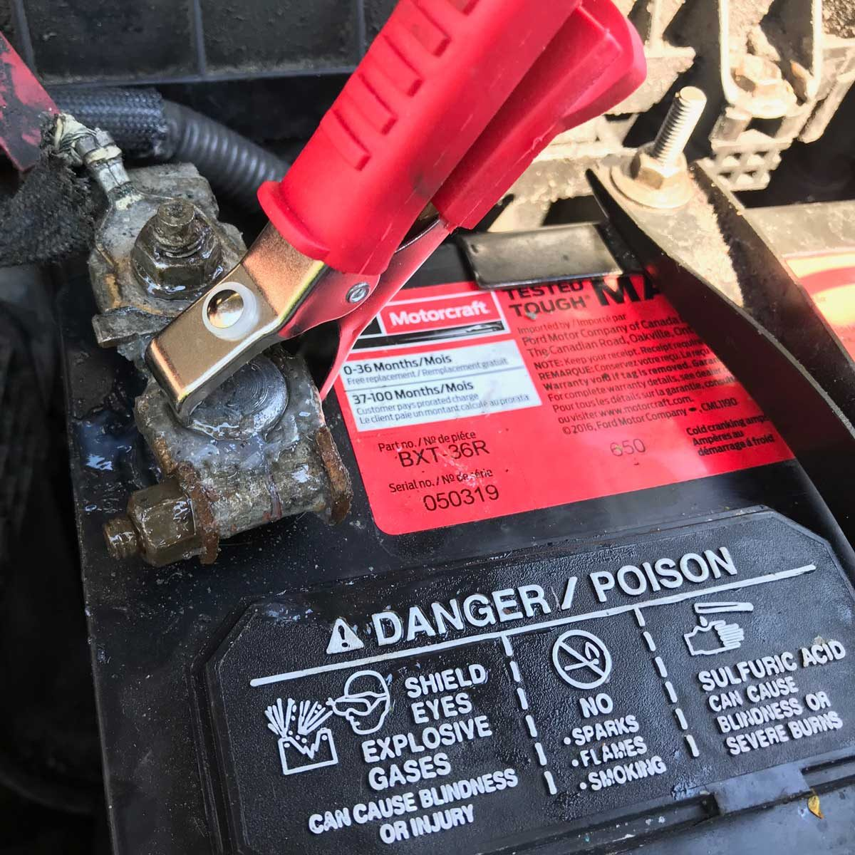 How to test a car battery: connect the tester