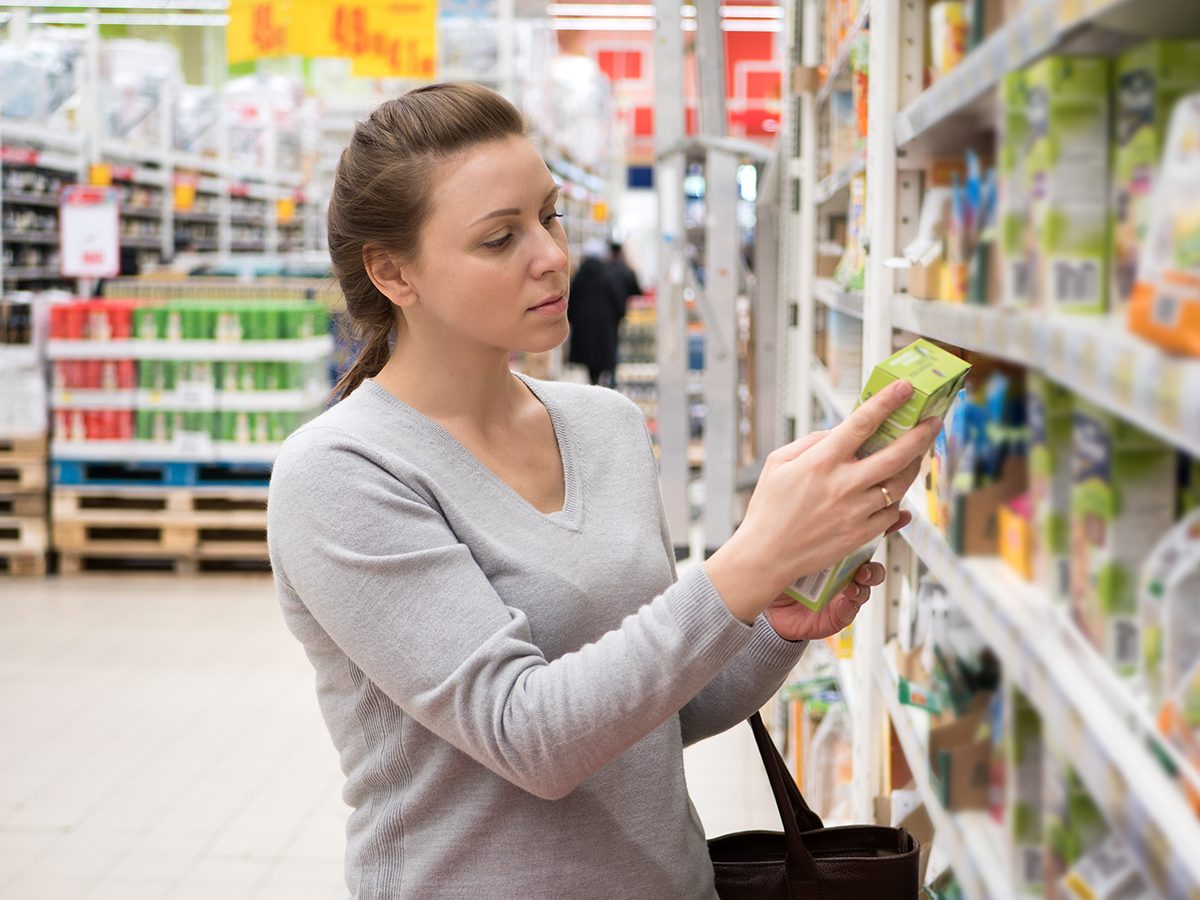 How to read nutrition label Canada - woman reading nutrition label at grocery store